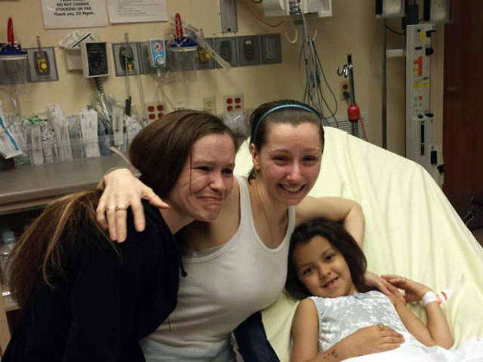 Amanda Berry, al centro, tra la sorella e la figlia nata durante la prigionia.